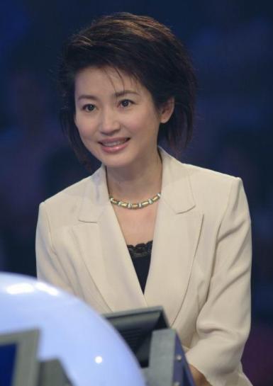 她是央视美女主持王小丫,当红时嫁入亿万豪门被抛弃,51岁似大妈