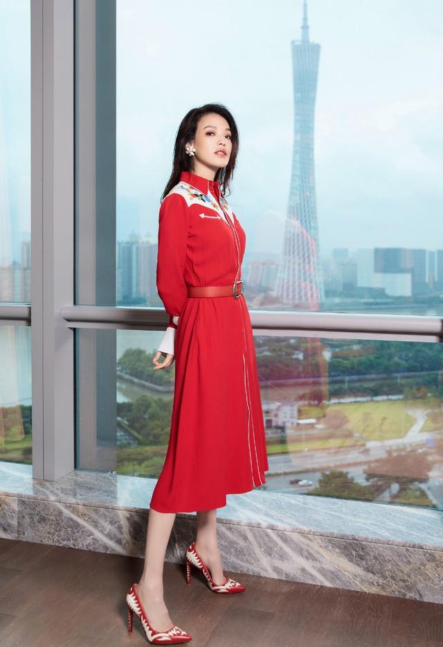 舒淇出席活动,43岁穿大红色衬衫裙配高跟鞋,网友:美到骨子里