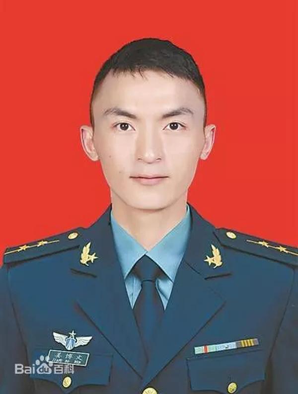 空军某部干事姜博文:赤手空拳,制服暴徒