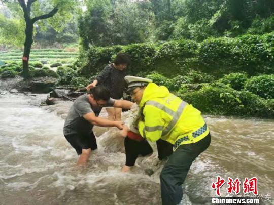 9名游客因降雨被困西湖景区 公安消防等成功解救