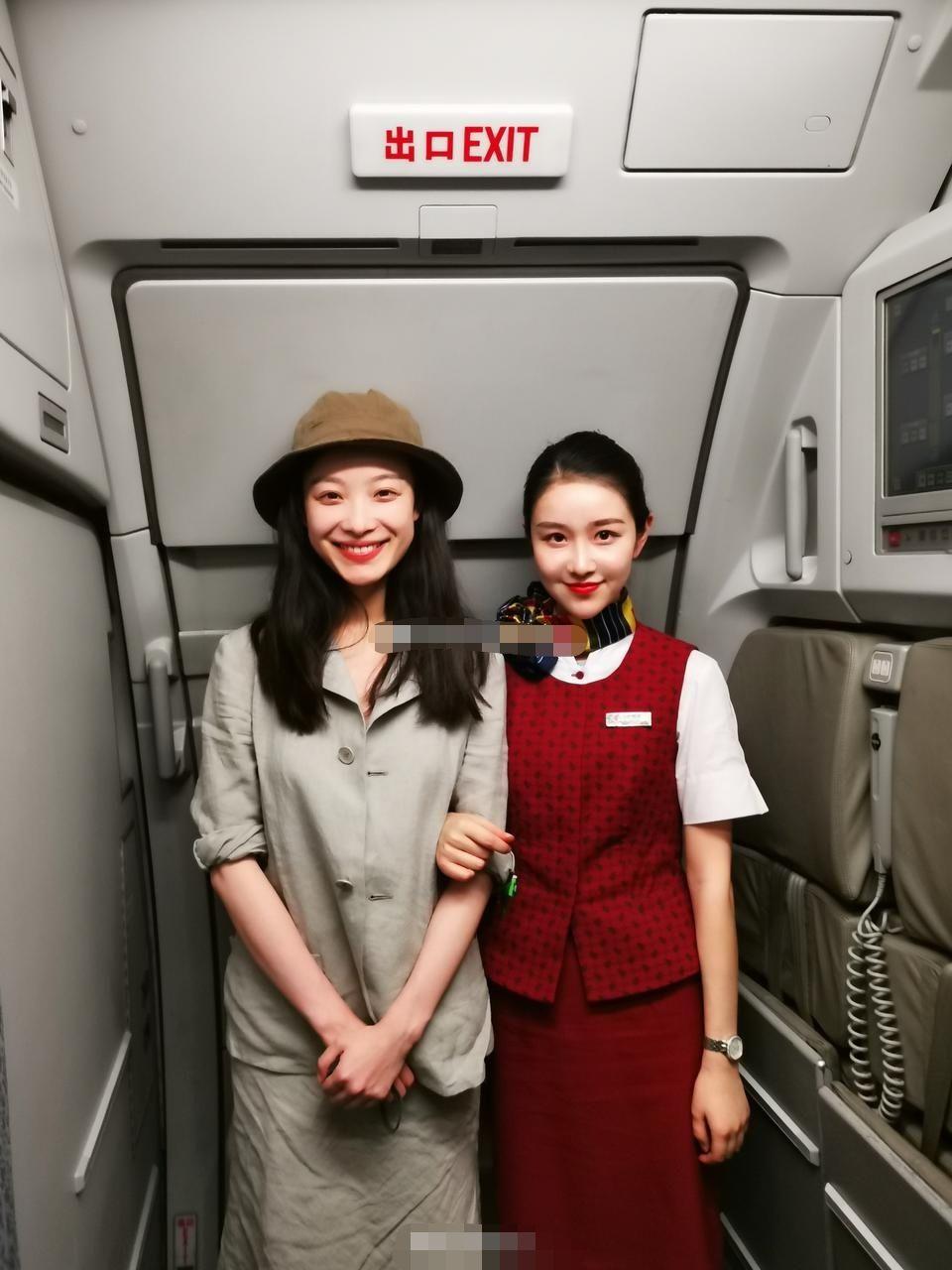 倪妮合影同名空姐超有缘,倪妮五官更大气,空姐甜美可爱也不差!