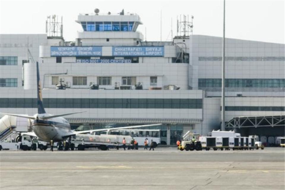 """世最""""破""""机场,机票用手写,三轮车是机场大巴,茅草屋当候机楼"""