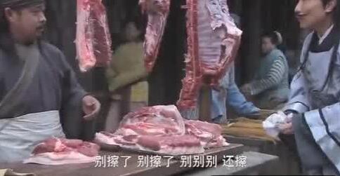 肉贩拿抹布频繁擦猪肉,这是什么操作?注意了,其中大有猫腻!