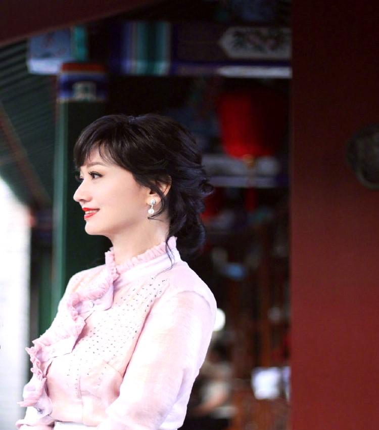 65岁赵雅芝近照曝光,穿粉色纱裙优雅复古减龄,身材曼妙如20岁的少女