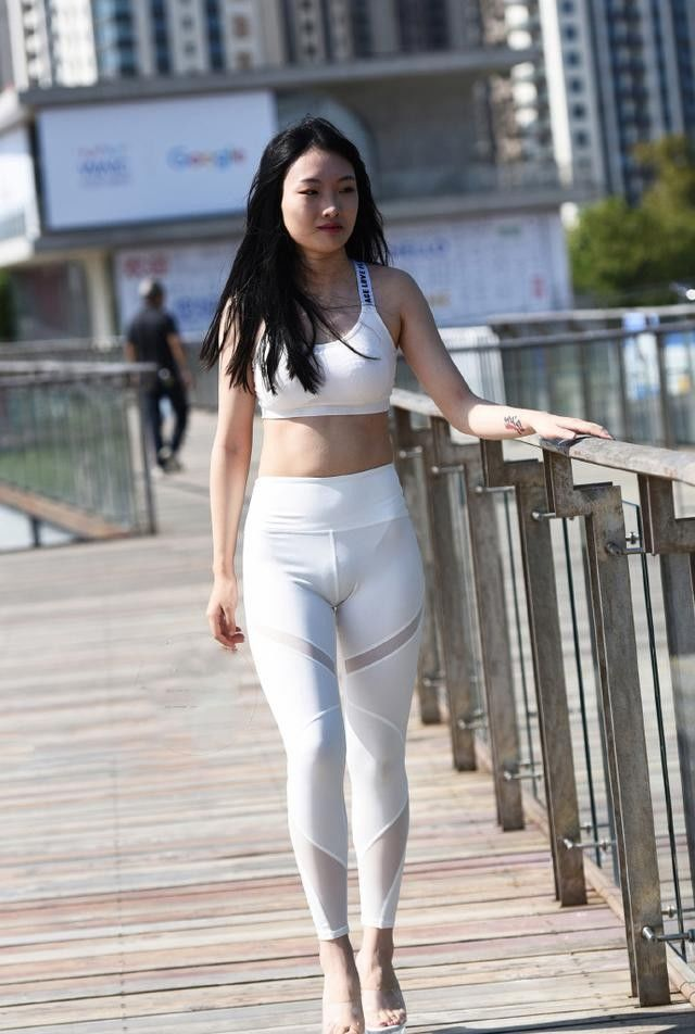 街拍:性感紧身打底裤小姐姐,大秀迷人的曲线,勾勒出圆润的曲线