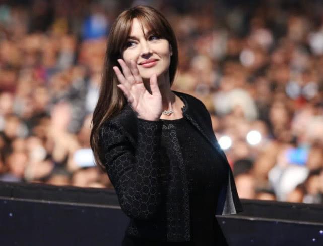 女神老矣!54歲的莫妮卡·貝魯奇素顏出行,滿臉都是皺紋