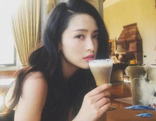 网曝李沁耍大牌,刁难五星级酒店服务生:点餐不签名字写拼音!