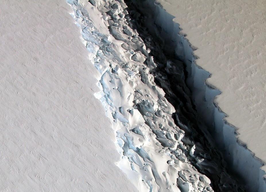南极巨大冰川即将面临崩塌,2个裂缝逐渐靠拢,幸好发现得早!