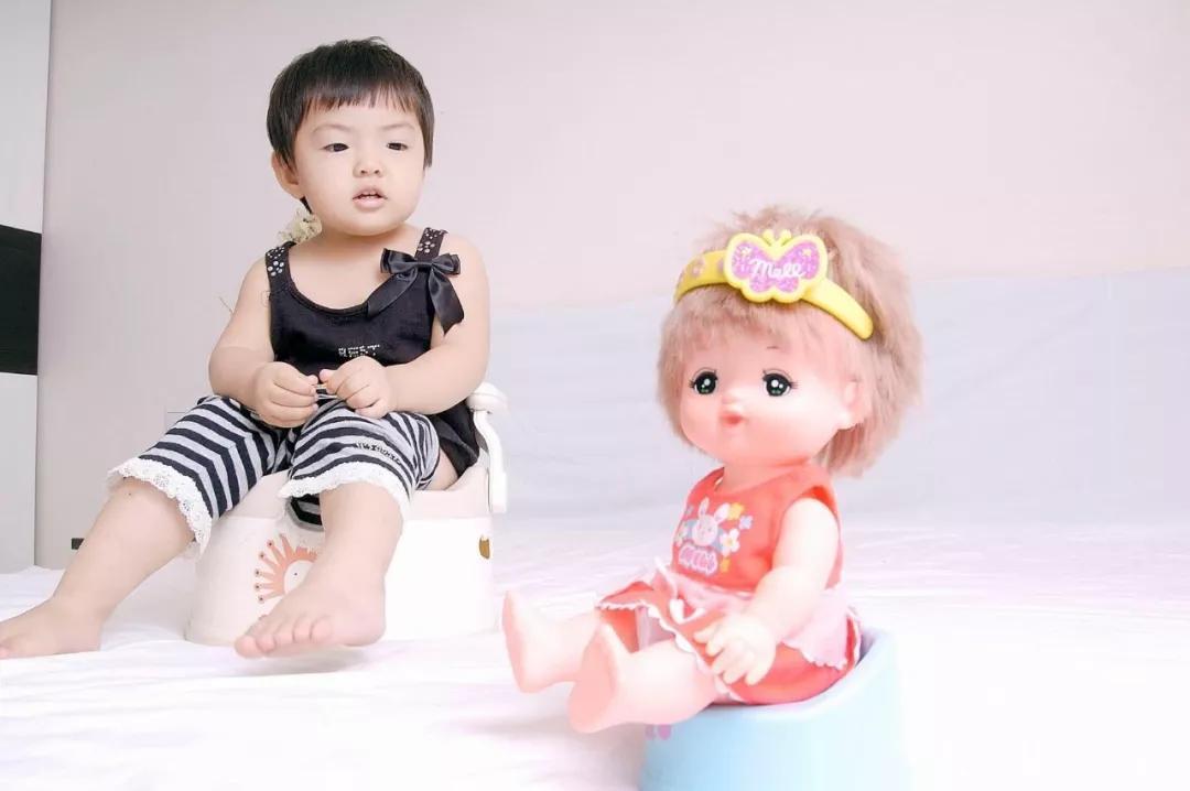 宝宝小便次数多,尿液带颜色宝妈很担心?