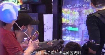 杨颖带儿子逛游乐园,黄晓明和儿子打电动,分头带娃的操作太熟悉