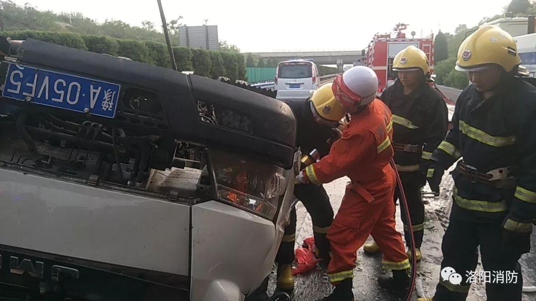 现场丨货车冲出高速公路 洛阳消防成功营救