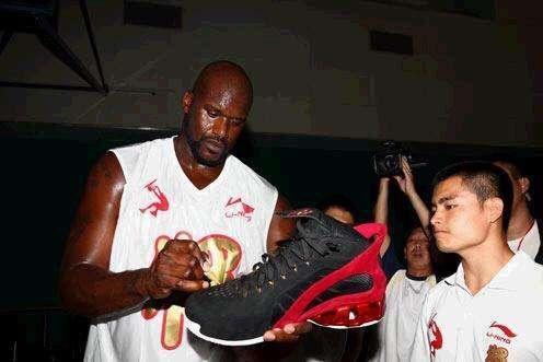 nba球星鞋码_NBA巨人的脚有多大?阿杜的脚像一把镰刀,奥尼尔穿58号大鞋_鞋子
