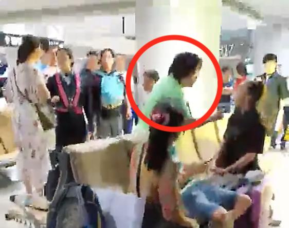 """黄铮机场打骂小孩 长时间持续辱骂恐吓高呼""""我是头等舱"""""""