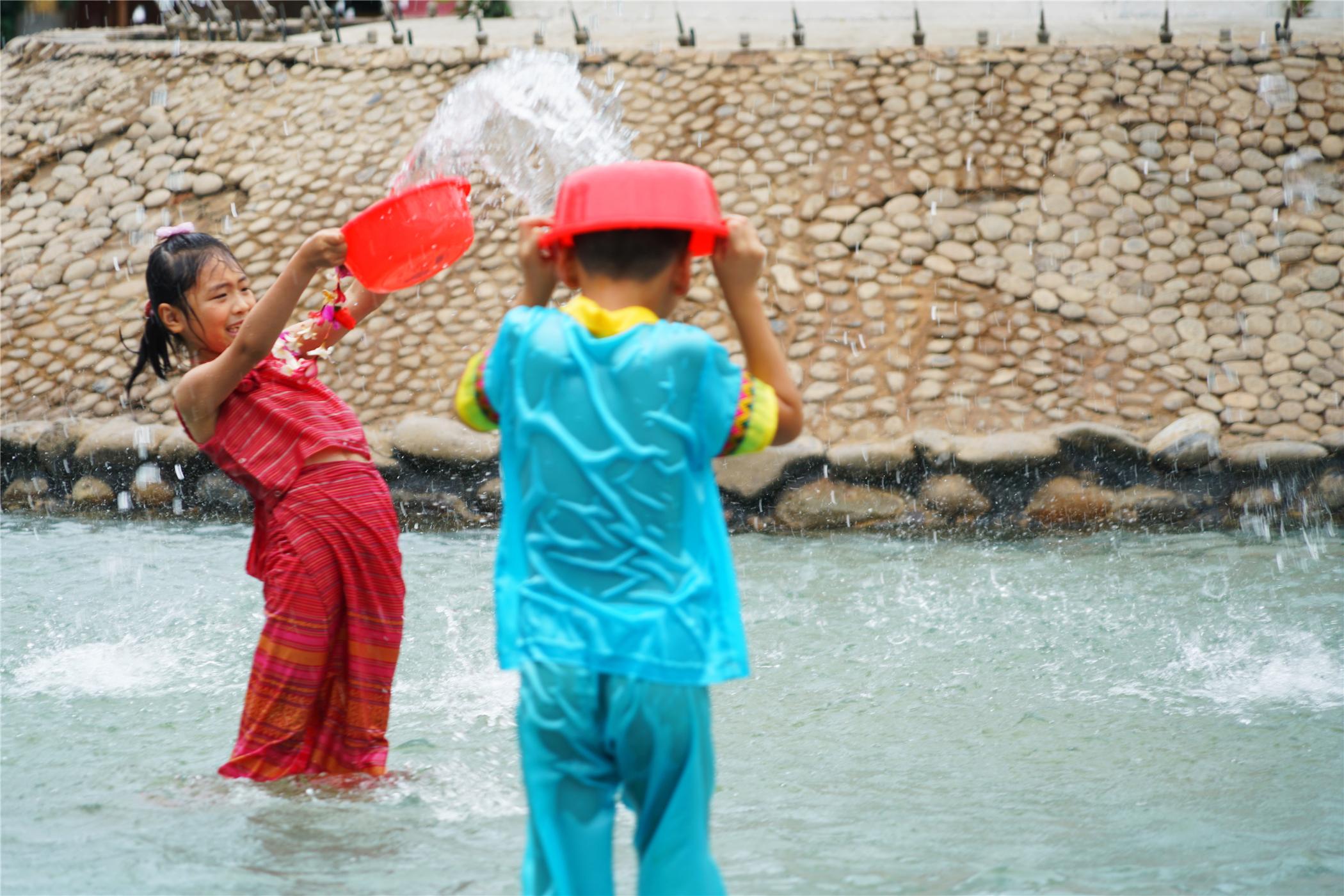 我国保存最完好傣族村寨在西双版纳,这里每天都过泼水节_小朋友