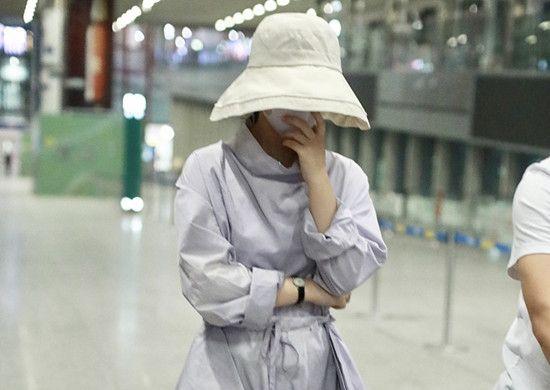 包裹成粽子的赵丽颖都能被认出索要签名,是偷拍还是跟拍?