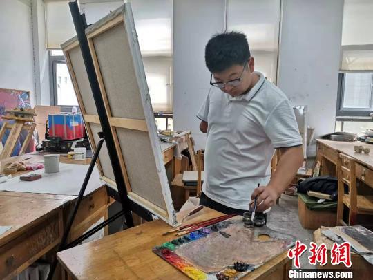 """山东""""独臂男孩""""刘云:一只手臂也能画出""""阳光"""""""