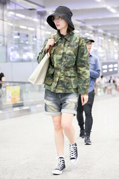 气质女神宋佳现身机场,一向追求时尚之心,现穿迷彩服气场土味十足