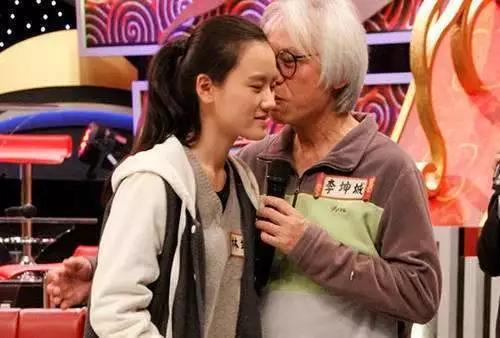 """相差40岁""""爷孙恋"""", 时隔6年现状如何?女方的表情耐人寻味"""