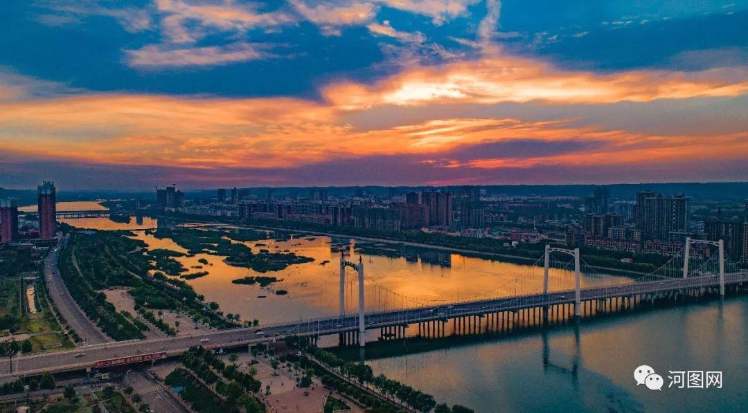 现代汉�z(�X[_巍巍锦屏山下,一座现代开放之城正在崛起;悠悠洛水之滨,生态宜居诗