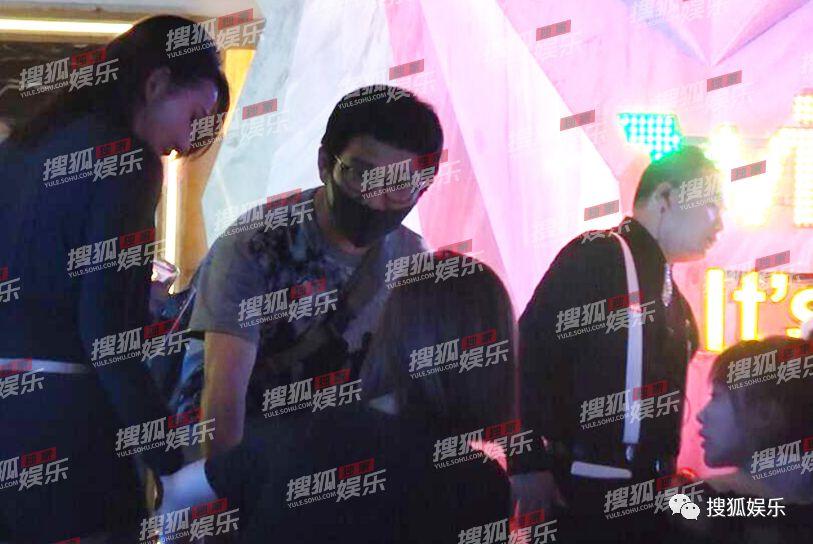 美女大胆人体艺术摄影_近日,有摄影师拍到海泉带着四位美女现身某ktv,阵仗颇大!