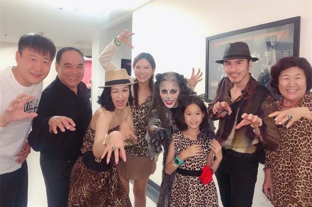 钟丽缇一家五口观看演出,穿豹纹裙性感迷人!