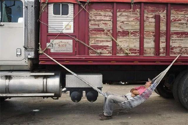 为什么大货车司机宁愿在路边休息,也不进服务区?既心酸又无奈