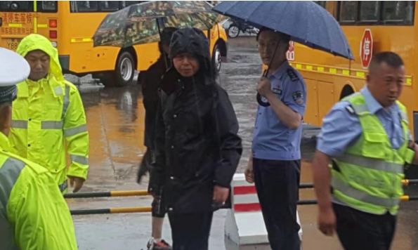 暴雨逼停列车 黑龙江省克东县人民公安快速反应妥善处置500余名滞留旅客