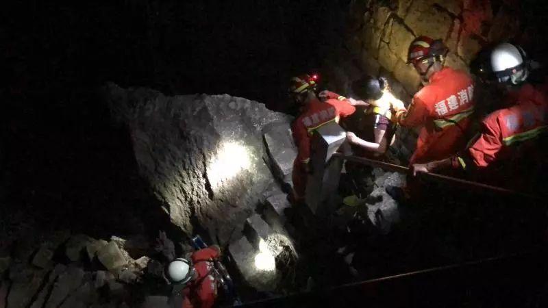 爬云洞岩要注意了前天晚上有个女游客因低血糖被困在山上。。。。(图1)