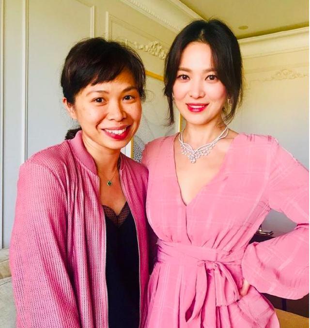 宋慧乔接受采访笑容灿烂,再穿深V粉裙女人味十足!