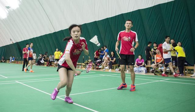 第六届民间奥林匹克市民羽毛球公开赛开赛 1000名爱好者参与角逐
