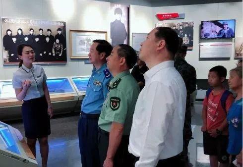 组织者和指导者王芳老师等相关人员,一同走进雷锋生前所在部队,追溯雷图片