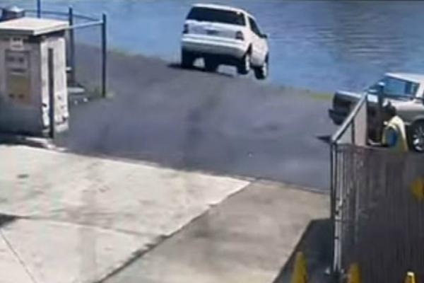 误将油门当刹车!美国司机驾驶SUV一头扎进河里(视频)