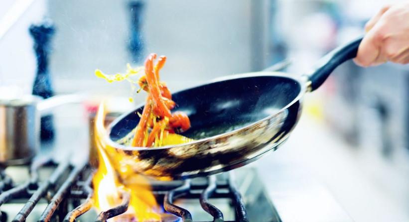 """三伏天中式厨房创下新""""高温"""" 煮饭是打赤膊还是安空调?"""