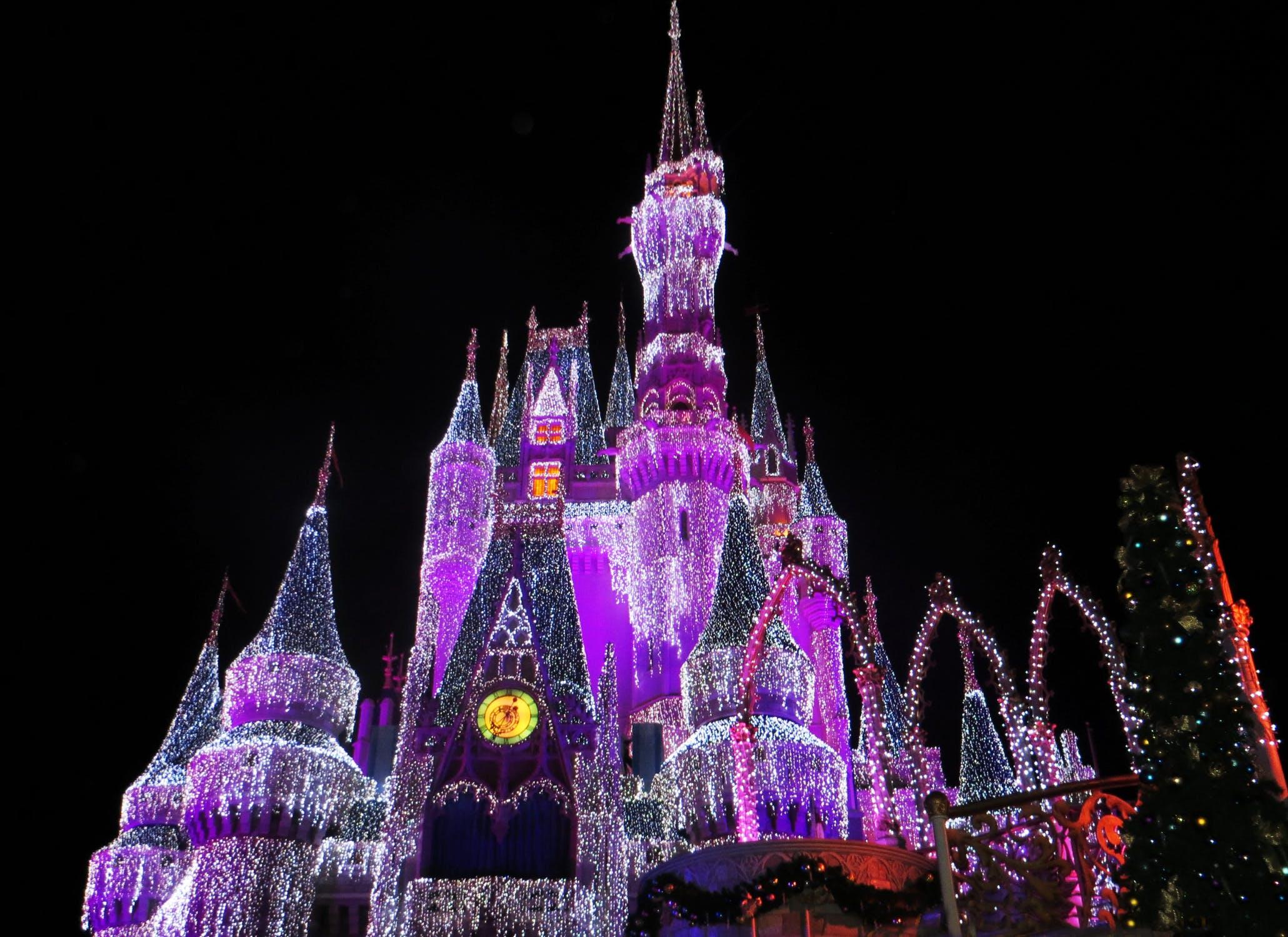 迪士尼继承人卧底乐园,发现员工假装开心,童话王国这是怎么了?