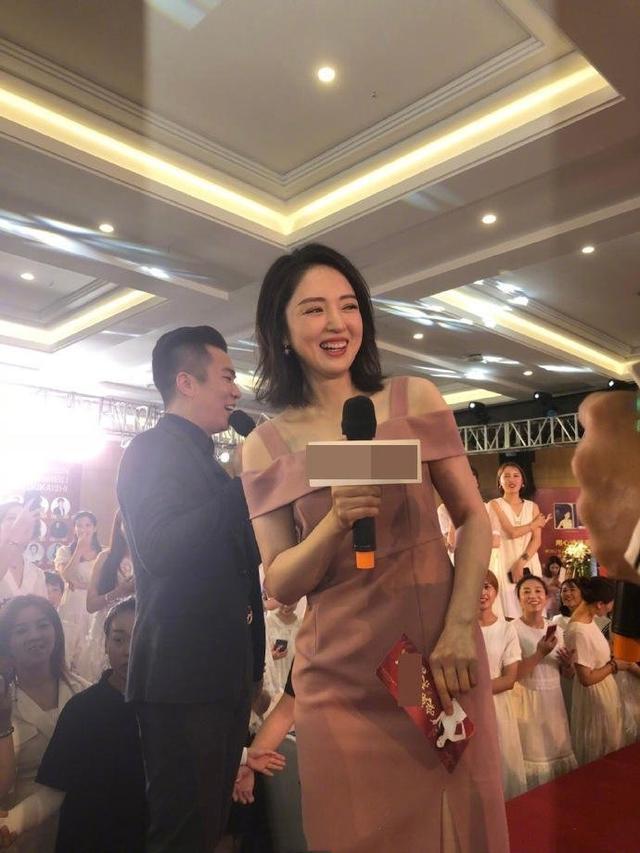 董璇离婚后心情大好,出席活动穿粉裙扮嫩,比同龄人年轻!