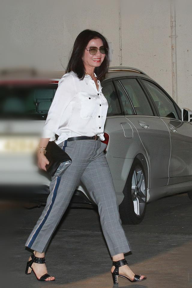 59岁钟楚红不显老,穿真丝衬衫搭配灰色西裤优雅干练,气质很出众