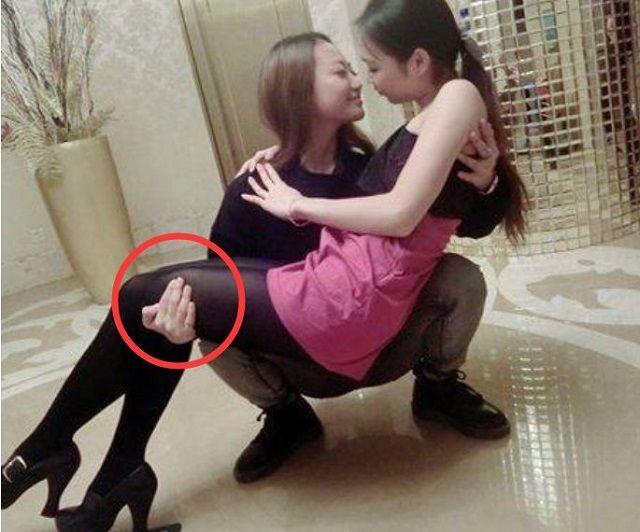 爆笑GIF图:两位妹子,你们这公主抱真是让人感到槽点满满啊