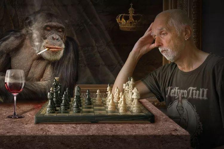 在厕所里求助手机的象棋特级大师