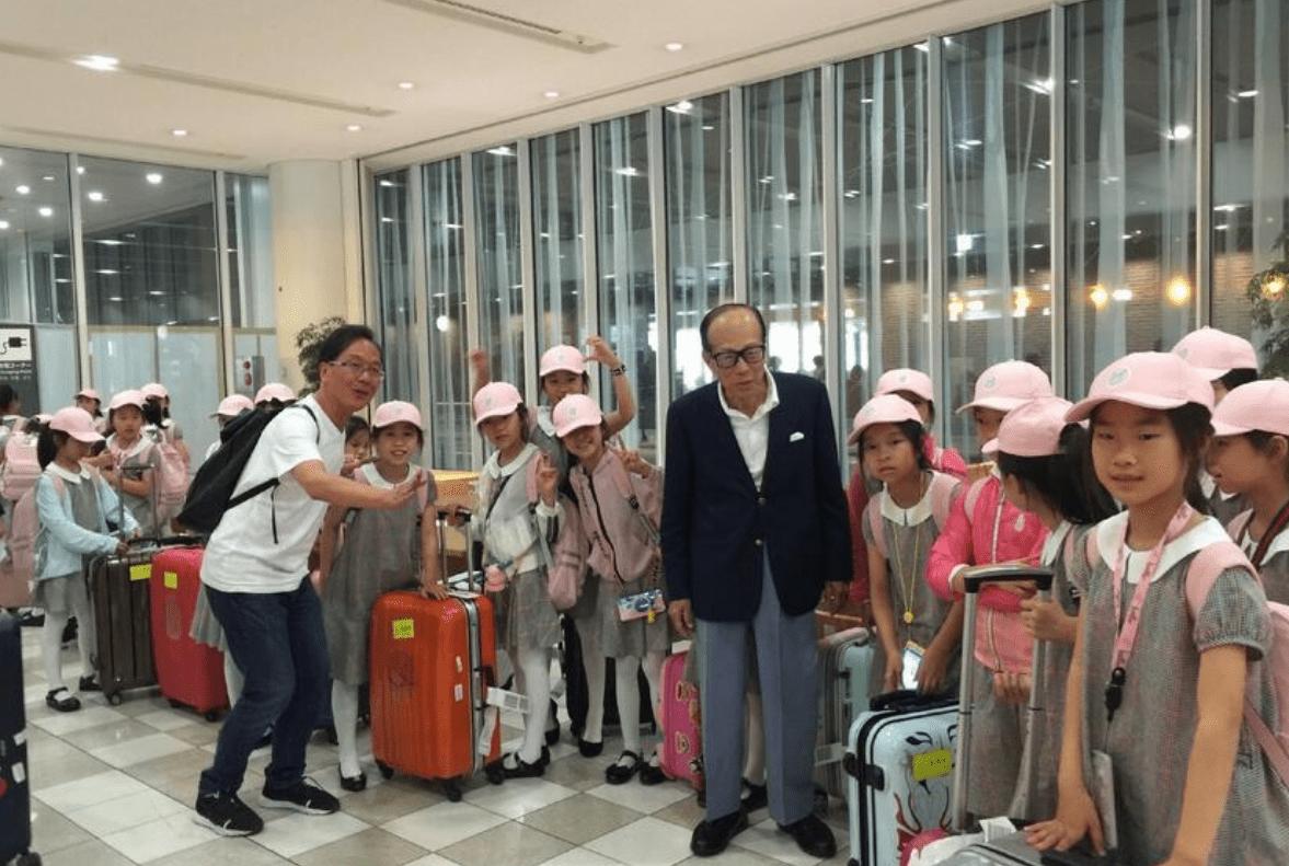 网友偶遇李嘉诚,91岁身体硬朗眼不花,走路不需要拐杖辅助