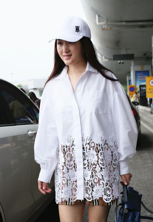 48岁杨钰莹太高调!镂空白衬衫玩下衣失踪,158身高气质不一般