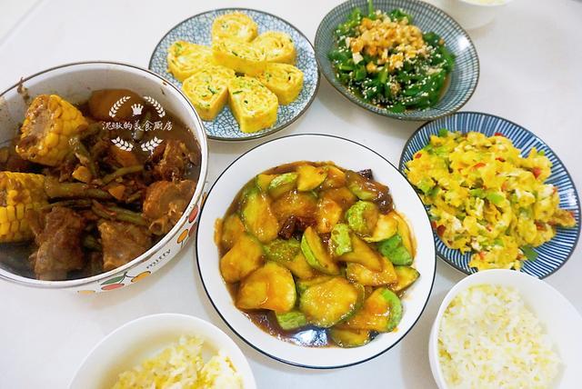 <b>一家三口的晚餐,虽然有点素,比大鱼大肉好吃,夏天吃再合适不过</b>
