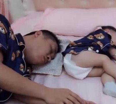 爸爸睡得正香,被寶寶的「連環屁」崩醒,接下來的反應太逗了