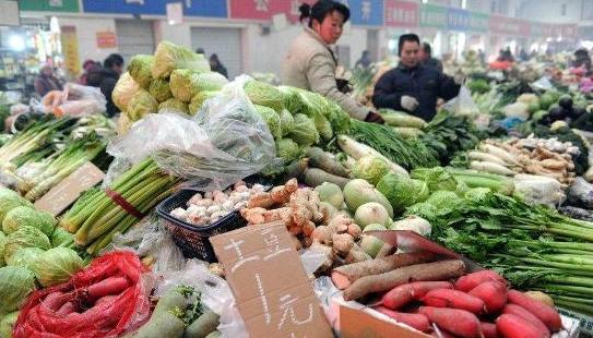 菜市场猫腻多:为了赚钱 菜贩子通常会用甲醛这样处理剩菜!