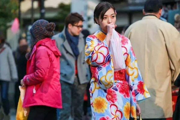 大批日本人涌入国内热衷抢购什么东西看完惊讶了