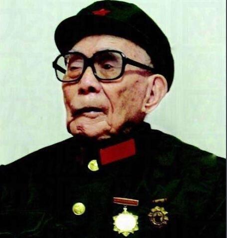 102岁抗战老兵,左眼球中弹被摘除,火化后骨灰中发现27块铁片