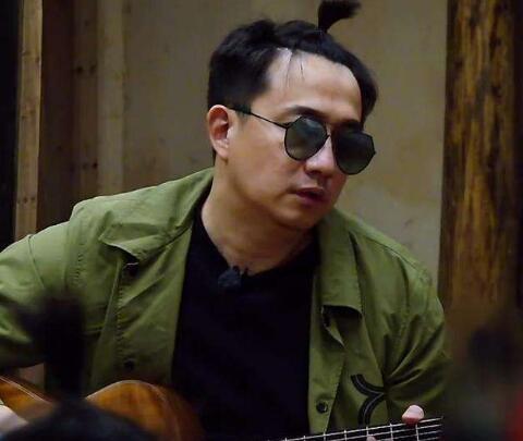 《向往的生活3》黄磊为何晚上戴墨镜?不管做饭还是吃饭,都戴着