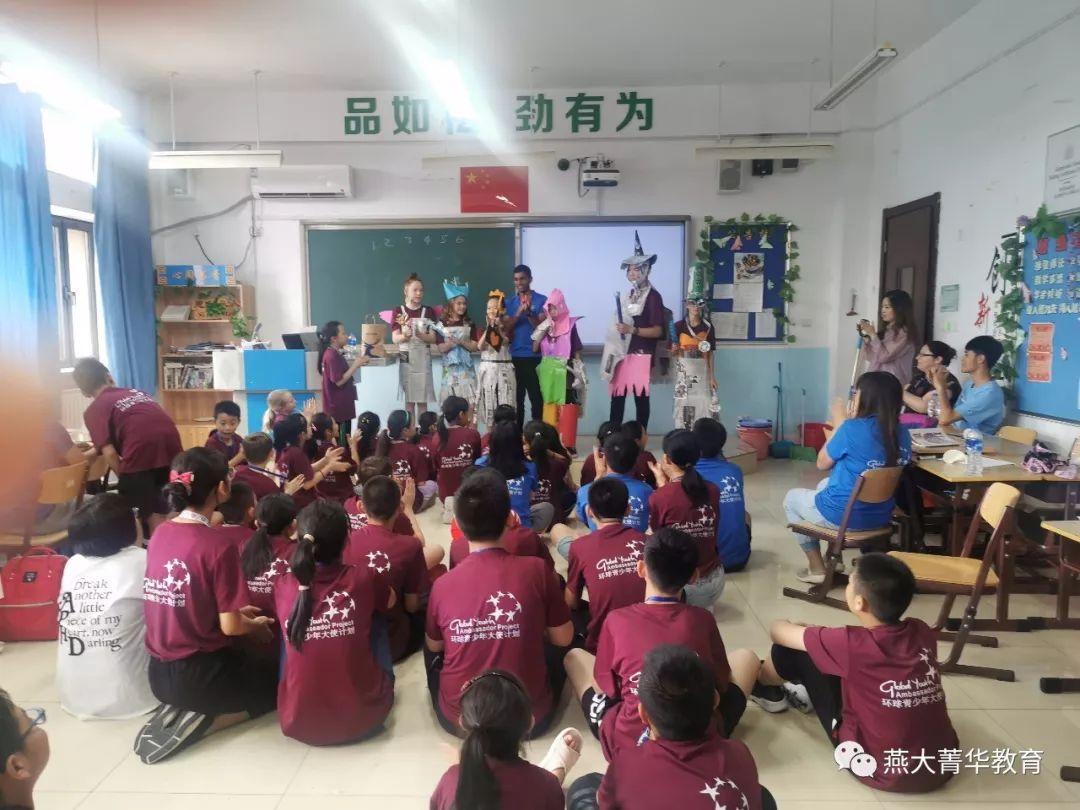 环保时尚服装成果展示   中国文化课之太极扇   在这个环节,老师跟同学们分享环保的重要性,引导同学们进行头脑风暴,发挥奇思妙想,用报纸纸张设计环保衣服,完成了一场完美的paper fashion show.图片