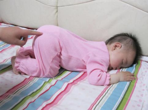 """孩子喜爱""""跪着""""睡觉,应不应该改正?大夫:许多父母都不对"""