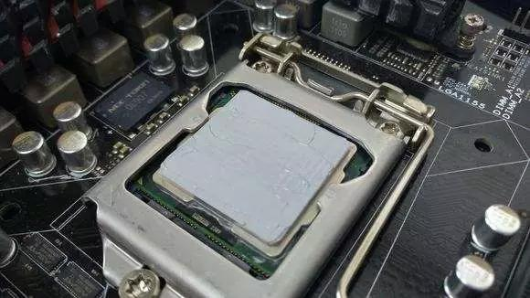 更换新板时变频模块和整流桥背面的导热硅脂(增加模块的散热量和接触面积)一定要涂抹均匀