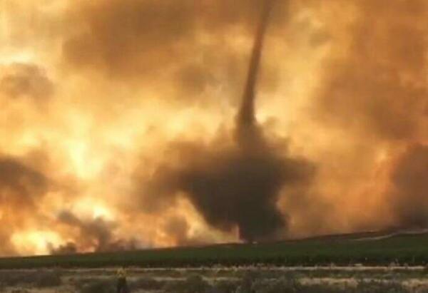 可怕 美国华盛顿州山火因狂风形成火龙卷(图)